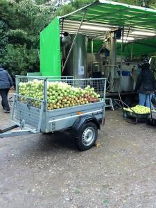 Der var flere trailere med æbler, der blev presset i mobil-most-anlægget.