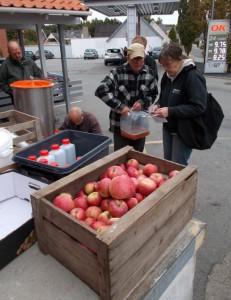 Æbler presses en fredag i udenfor SuperBrugsen i Tommerup Station.