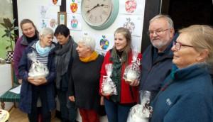 Dommere og vindere af æblekagekonkurrencen. Elsebeth (dommer), Inge Lise (1. præmie), Rie (dommer), Else Marie (dommer), Else Marie (delt 3. præmie), Ingemann (delt 3. præmie) og Anna (2. præmie).