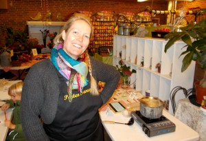 Tina Valbjørn fra Porten i Sarup serverede herlig varm æblegløg.