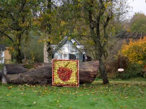 Her er æble mosaikken på lidt afstand.