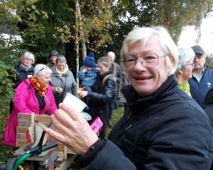 Karen smager på most fra Bodil Nedergaard.