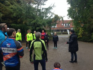 Rie Nielsen byder velkommen til de friske løbere, der er klar til æblefestivalens løbetur.